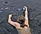 شیرجه مرد نروژی به دریاچه یخ زده برای نجات اردک